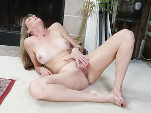 Mature Lucky lets us enjoy her bare-ass making in nylons